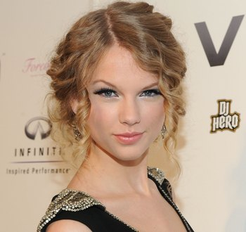 Первое место в рейтинге (звание лучшего артиста и лучшей исполнительницы года) досталось 19-летней кантри-певице Тейлор Свифт, в номинации
