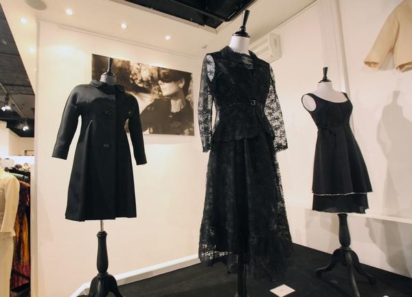 Аукционные дома Kerry Taylor и Sothebys сегодня, 8 декабря, выставят на торги в Лондоне платья, аксессуары и письма великой актрисы Одри Хепберн (Audrey Hepburn). Фото: SHAUN CURRY/AFP/Getty Images