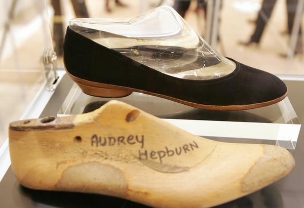 Аукционные дома Kerry Taylor и Sothebys сегодня, 8 декабря, выставят на торги в Лондоне платья, аксессуары и письма великой актрисы Одри Хепберн (Audrey Hepburn). Фото: KAZUHIRO NOGI/AFP/Getty Images