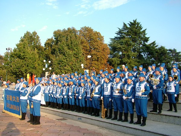 Европейский марширующий Небесный оркестр на параде.  Фото с сайта: minghui.org