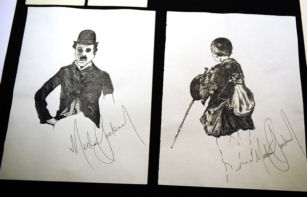 Портрет Чарли Чаплина, который Майкл сделал еще ребенком - в 9 лет. Фото: EMMANUEL DUNAND/AFP/Getty Images