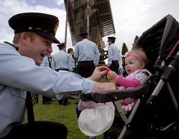 Австралийский лётчик играет со своей 10 месячной дочкой. Фото:  Sergio Dionisio/Getty Images