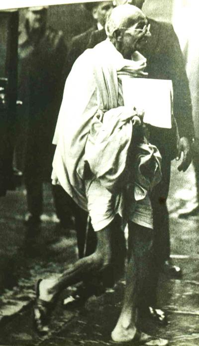 Махатма Ганди  в Англии на круглом столе по вопросу независимости Индии - на фоне разодетых джентельменов он очень эффектно смотрелся в отрезе ткани и деревянных сандалиях.  С собой Ганди привез в Англию козла и почти везде ходил с ним. Фото с point.ru