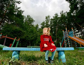 В наших силах проявить заботу и сделать жизнь малышей и подростков чуть теплее и уютнее. Фото: Bront STIRT/Getty Images