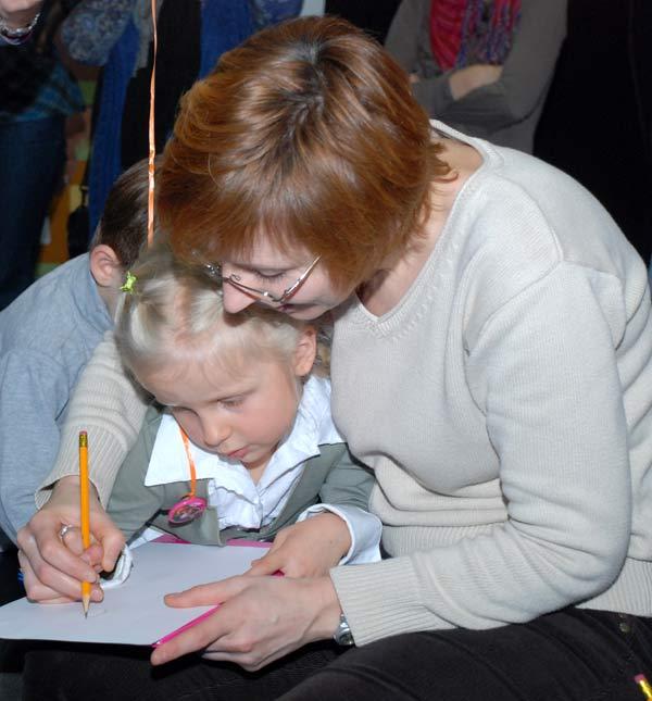 «Как стать Вашим Высочеством?».  Игра с автором книг о принцессах Пером Густавсоном. Дети рисуют принцессу. Фото: Юлия Цигун/Великая Эпоха