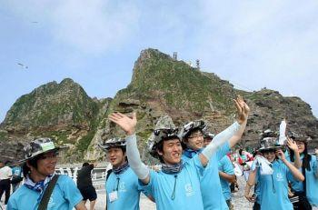 Напряженные отношения... Студенты университета Южной Кореи приехали посмотреть оспариваемые скалистые острова в Японском море, известные как Такешима в Японии и Докдо в Южной Корее в июле 2008 года. Фото: KIM JAE-HWAN /AFP /Getty Images