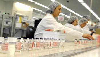 Производство вакцины против свиного гриппа. Фото: WILLIAM WEST/AFP/Getty Images