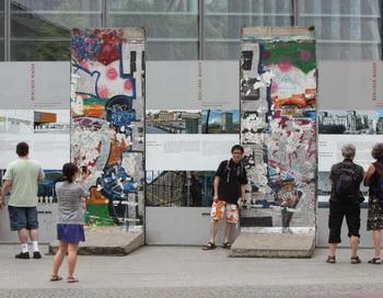 Берлинская стена пала, а проблемы дискриминации мигрантов остались . Фото: AFP/Getty Images