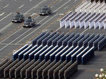 Президент Китая Ху Цзиньтао (третий автомобиль слева) проводит смотр  военного состава во время парада в день национального праздника в Пекине  1 октября 2009 года. Фото: AFP/AFP/Getty Images