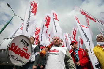 Более 3000 человек в польском городе Котовице собрались на мтинг 4 июня 2009 года в поддержку всемирного движения за свободу, начатого на Тяньаньмэнь в 1989 году в Китае. Фото: BARTEK WRZESNIOWSKI/AFP/Getty Images
