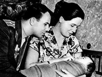 Юрий и Валентина Гагарины с дочерью Галиной. Фото РКК