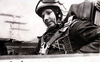 Гагарин в кабине самолета перед последним полетом. Фото РКК