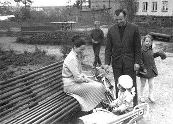 Юрий Гагарин с семьей на прогулке. Фото с сайта All-photo.ru