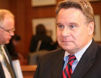 Конгрессмен  Крис Смит выступает перед прессой после заслушивания отчета СЕСС. Фото: Гэри Фэйерберг/Великая Эпоха (The Epoch Times)