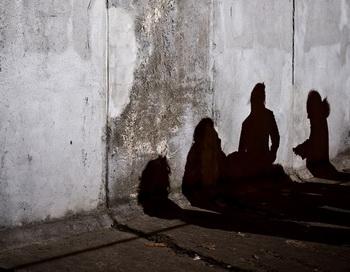 Тени туристов  на одном  из участков Берлинской стены. Улица Бернауэр,  центр Берлина. 8 ноября. Фото: Leon Neal/AFP/Getty Images