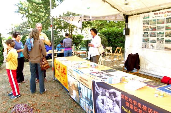Выставка ассоциации Фалунь Дафа.Фото HENRION NATALIA