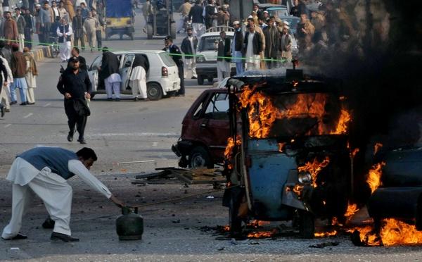 Почти 50 человек погибли в результате двух взрывов, прогремевших на оживленном базаре в центре Лахора, второго по величине города Пакистана. Ранения получили около 100 человек. Фото: A Majeed/AFP/Getty Images