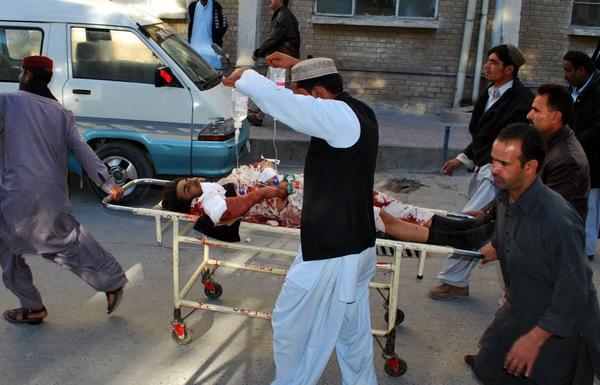 Почти 50 человек погибли в результате двух взрывов, прогремевших на оживленном базаре в центре Лахора, второго по величине города Пакистана. Ранения получили около 100 человек. Фото: BANARAS KHAN/AFP/Getty Images