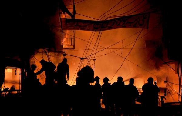 Почти 50 человек погибли в результате двух взрывов, прогремевших на оживленном базаре в центре Лахора, второго по величине города Пакистана. Ранения получили около 100 человек. Фото:Arif Ali/AFP/Getty Images