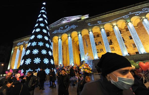 Самые высокие и красивые елки в мире. В Грузии, Тбилиси. Фото: VANO SHLAMOV/AFP/Getty Images