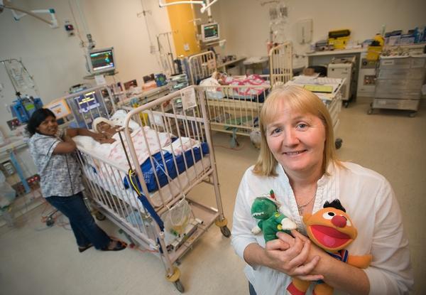 Служащая больницы Moria Kelly между кроватями девочек после операции. Фото: The Royal Childrens Hospital Melbourne via Getty Images