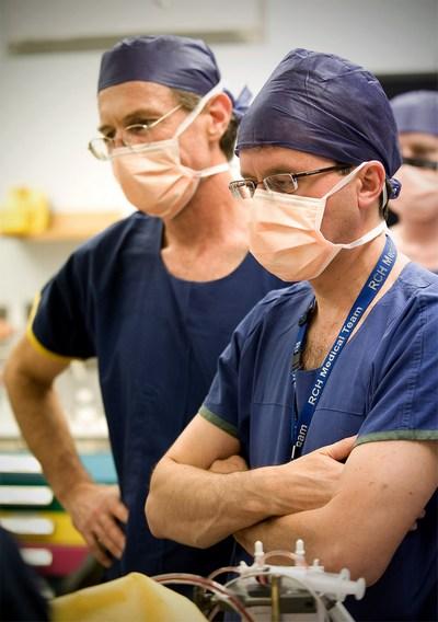 Анастазиологи Andrew Davidson (L) and Ian McKenzie. Фото: The Royal Childrens Hospital Melbourne via Getty Images