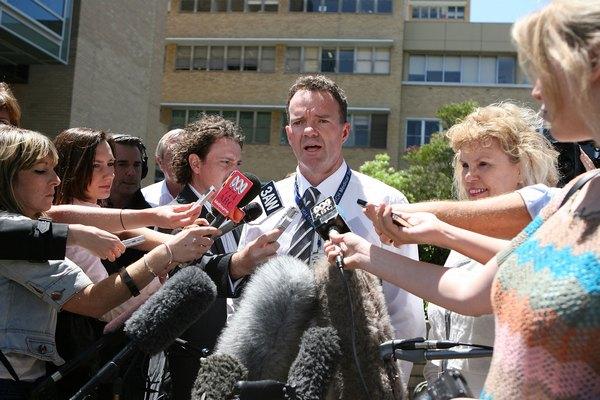 Главный хирург королевской больницы в Мельбурене доктор Leo Donnan отвечает на вопросы корреспондентов. Фото: Robert Prezioso/Getty Images