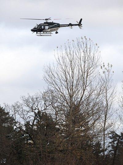 Поиск убийцы с вертолёта. Фото: Stephen Brashear/Getty Images