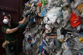 Контейнер с мусором из пластика. Фото: MAURICIO LIMA /Getty Images