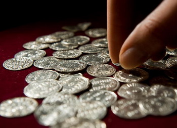 Монета достоинством 10 рублей заменит бумажную купюру. Фото: Leon Neal/AFP/Getty Images