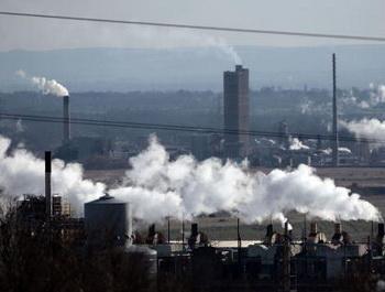 Россия занимает третье место в мире по объему выбросов парниковых газов после США и Китая. Фото: Christopher Furlong/Getty Images