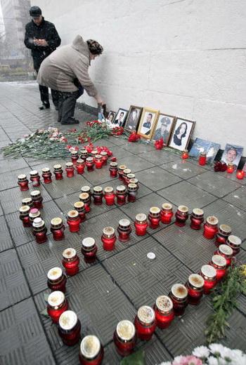 Норд-Ост: о чем нельзя забыть. Освобождение заложников обернулось новой трагедией: при штурме с применением специального газа, состав которого до сих пор засекречен, погибли 130 человек. Фото: YURI KADOBNOV/AFP/Getty Images
