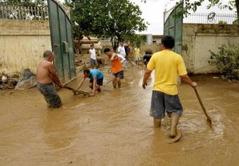В Дагестане проливные дожди затопили часть города Махачкалы. Фото: JAY DIRECTO/AFP/Getty Images