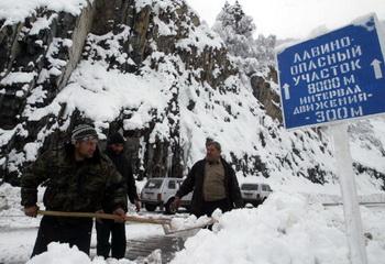 Транскавказская магистраль закрыта из-за проводимых работ по расчистке полотна от снега. Фото: KAZBEK BASAYEV/AFP/Getty Images