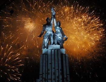 После реставрации скульптура «Рабочий и колхозница» стала на пьедестал высотой 30 метров, что куда ближе оригинальному замыслу Мухиной.Фото: DMITRY KOSTYUKOV/AFP/Getty Images