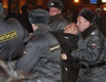 31 октября московская милиция арестовала более 50 митингующих за соблюдение конституции. Фото: Alexey SAZONOV/AFP/Getty Images