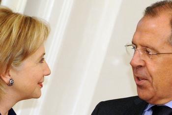Хиллари Клинтон и  министр иностранных дел России Сергей Лавров . Фото: ALEXANDER NEMENOV/AFP/Getty Images