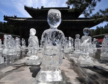 Ледяные скульптуры, которые символизируют изменение климата, были выставлены в Пекине, в парке за 100 дней до начала саммита в Копенгагене. Фото: MIWA SUZUKI/AFP/Getty Images