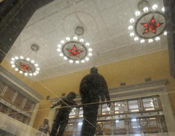 Москомнаследие назвало «недопустимой» проведенную два месяца назад реставрацию станции метро «Курская» в Москве.Об этом говорится в письме ведомства в адрес движения «За права человека». Фото  DMITRY KOSTYUKOV/AFP/Getty Images