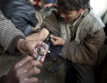 Эксперты ООН сообщают, что за последние 10 лет количество наркоманов в РФ увеличилось в 10 раз, и в настоящее время они потребляют от 75 до 80 тонн афганского героина в год. Фото  Paula Bronstein/Getty Images
