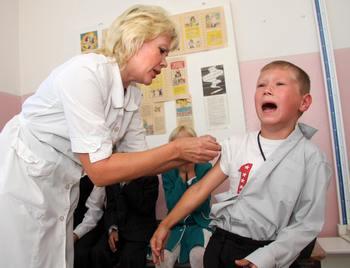 Вакцинация в школах. Фото: VIKTOR BARTENEV/AFP/Getty Images