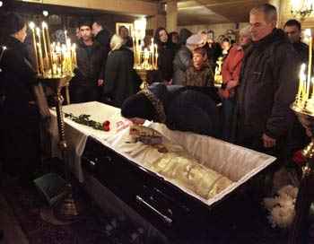 Сотни людей попрощались с отцом Даниилом. Фото: OXANA ONIPKO/AFP/Getty Images