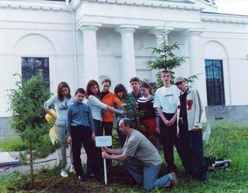 Участники фестиваля из г.Муром сажают дерево на память. Фото: Виталий Васильев