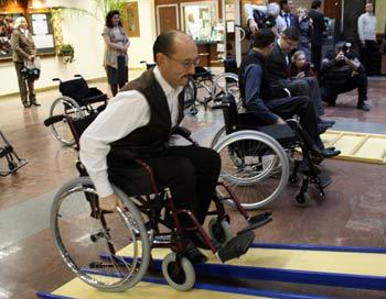«Эти коляски  совершенно неподъемные, весят 22 килограмма и неудобны для обслуживания» - Валентина   Петренко. Фото: Ульяна Ким/Великая Эпоха