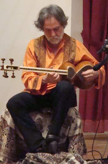 Устад Маджид Дерахшани — один из лидеров инструментальной музыки Ирана, мастер игры на   таре. Фото предоставлено Санкт-Петербургским Центром Гуманитарных Программ