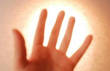 Японские ученые обнаружили, что человеческое тело действительно излучает свет. Фото: photos.com