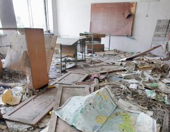 Школьный класс в городе Припяти, спустя 20 лет после   ухода  населения. Когда-то привлекательный город Припять, рядом с взорвавшимся  чернобыльским ядерным реактором, теперь зарастает сорняками. Фото: Виктора DRACHEV/AFP/Getty Images