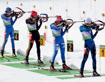 Российская женская сборная по биатлону выиграла эстафету. Фото: Lars Baron/Bongarts/Getty Images
