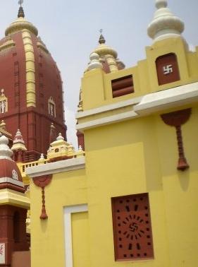 Древнейший священный знак, означающий удачу и благополучие - Свастику, в Индии можно увидеть везде и всюду