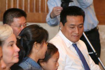 Фан Чжан, чьи ноги были раздавлены во время бойни на площади Тяньаньмэнь в 1989 году, присутствовал в аудитории на заседании в Конгрессе с новыми протезами ног. Комиссары исполнительной комиссии Конгресса по Китаю 7 октября отдали дань мужеству г-на Фан Чжэна. Фото: Гэри Феуерберг /Великая Эпоха